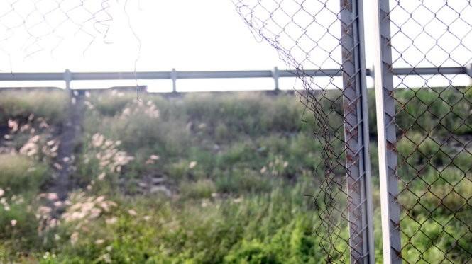 Đoạn cao tốc quađịa phận Tiền Giang có nhiều vị tríhàng rào bị tháo, khoét lỗtạo lối vào đường cao tốc tự do- Ảnh: Mậu Trường
