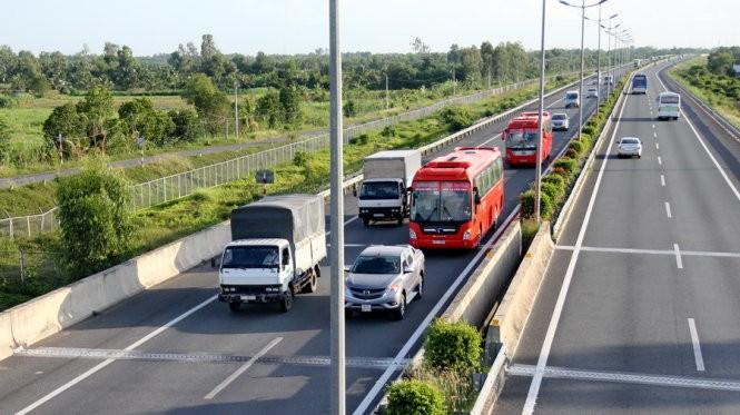 Quy định về khoảng cách an toàn giữa các xe là 100m nhưng thực tế các xe chạy sát rạt, không đảm bảo khoảng cách an toàn, rất dễ xảy ra tai nạn liên hoàn - Ảnh: Mậu Trường