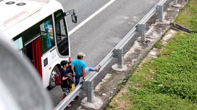 Một chiếc xe khách trả khách ngay trên đường cao tốc đoạn qua tỉnh Tiền Giang - Ảnh: Mậu Trường