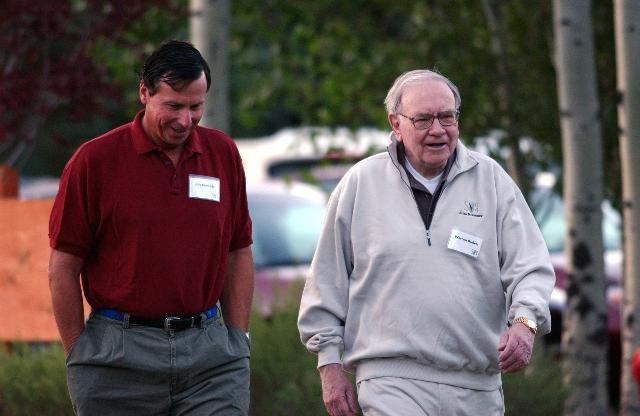 Jim Kenndy nói chuyện với Warren Buffet tại hội nghị đầu từ hàng năm, tháng 07 năm 2004, cùng với cố vấn của Buffet là Byron Trott. Nguồn ảnh: Matthew Staver/ Bloomberg