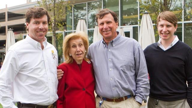 Gia đình Cox: từ trái sang Alex Taylor, Anne Cox Chambers, Jim Kennedy and Jamie Kennedy