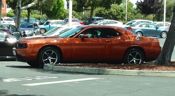 Một chiếc Dodge Challenger màu cam bắt mắt.