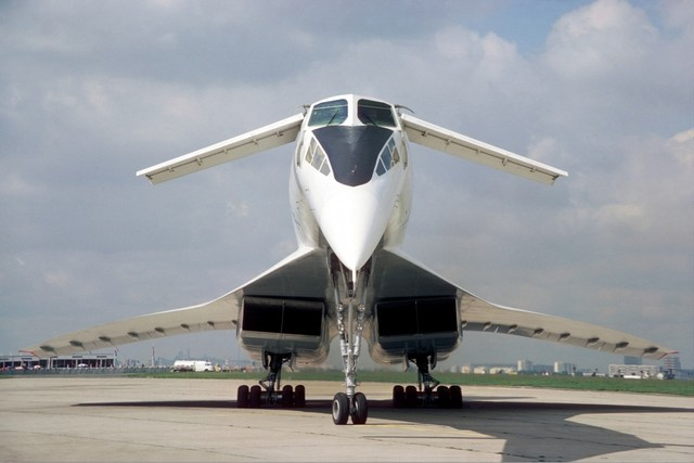 Hai cánh con vịt trên đầu là đặc trưng của TU-144 mà Concorde còn thiếu