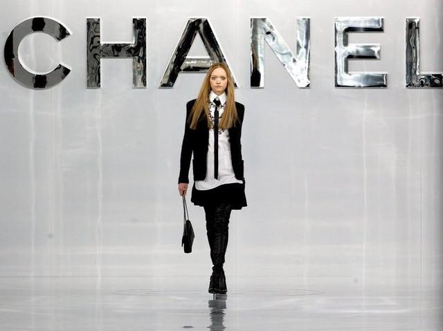 Chanel với phong cách thanh lịch gần như chỉ sử dụng những gam màu cơ bản như đen, trắng, đỏ hoặc pastel cho các thiết kế