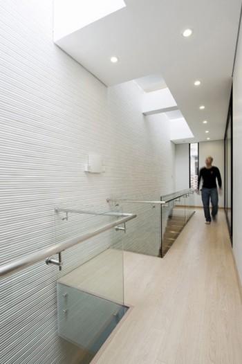 Tuy nhiên, bằng sự sáng tạo các kiến trúc sư đã khoác cho ngôi nhà một bộ mặt, sức sống hoàn toàn mới lạ. Cầu thang được thiết kế chạy dọc theo một bên. Sự kết hợp độc đáo giữa cầu thang gỗ và hành lang bằng kính trong suốt cứ tiếp nối nhau, trở thành một không gian sống thoáng đãng, sáng sủa.