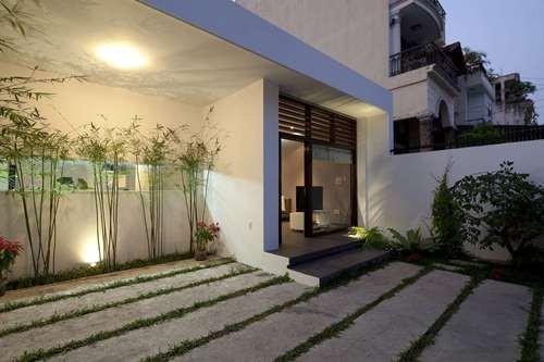 Còn đây là ngôi nhà xây dựng tại Quận Gò Vấp, thành phố Hồ Chí Minh được tạp chí kiến trúc Architizer giới thiệu và khen ngợi bởi sự hài hòa giữa con người, thiên nhiên, vừa tiết kiệm chi phí mà lại không kém phần hiện đại, sang trọng.