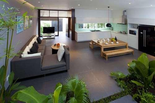 Bước chân vào ngôi nhà, bạn sẽ thấy nơi đây ngập tràn ánh sáng của thiên nhiên, màu xanh trẻ trung tươi mới của hoa lá cỏ cây.