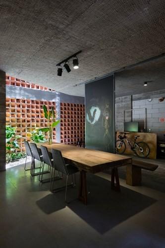 Cây xanh đã được đưa vào tòa nhà một cách tự nhiên trong các vùng đệm, hành lang, ban công, cửa sổ trần như một giải pháp làm mát không gian.