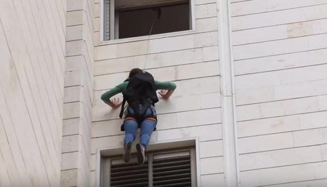 Một cô gái thoát từ nhà cao tầng bằng balô cứu hộ SkySaver - Ảnh chụp từ clip