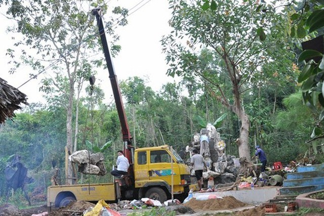 Những công trình non bộ lớn phải sử dụng đến xe cẩu để lắp ghép đá. Ảnh: NVCC.