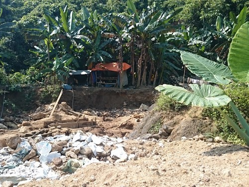 Hàng loạt lán trại mọc lên trong rừng phục vụ việc khai thác đá đỏ trái phép
