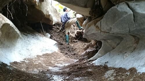 Một phu đá đang tạo luồng đãi đá đỏ tại khu vực Bãi Bằng