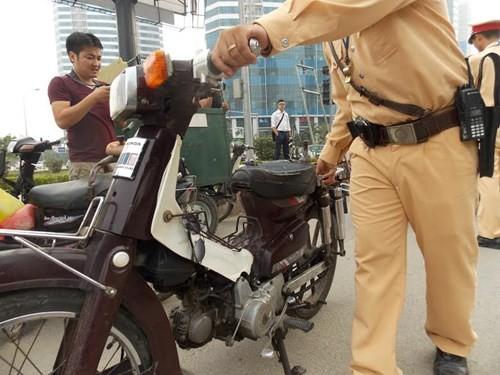Hà Nội: Thu giữ hàng loạt xe máy cũ nát chạy trên đường - ảnh 4