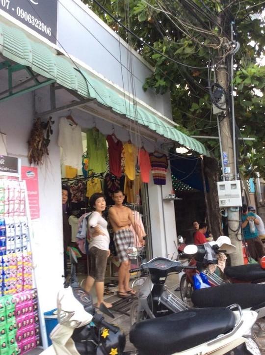 Cáp bị cắt lòng thòng trước cửa hàng, làm ảnh hưởng đến việc mua bán, kinh doanh của nhiều người