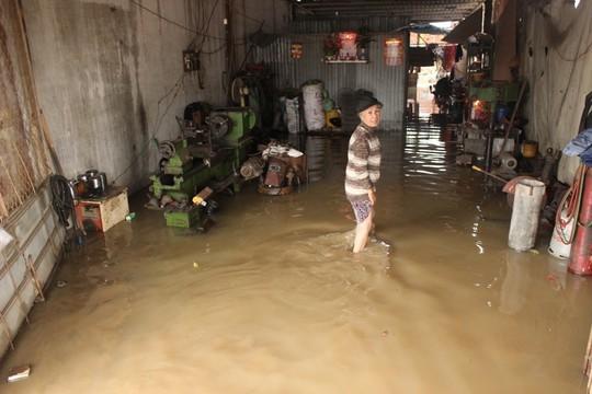 Nhà mênh mông nước sau cơn mưa