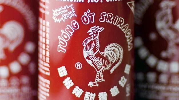 """Chai tương ớt Huy Fong hiệu con gà với hàng chữ tiếng Việt đã trở thành một """"biểu tượng văn hóa tại Mỹ - Ảnh: Business Week"""