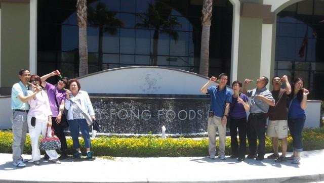 Khách tham quan Huy Fong Foods.