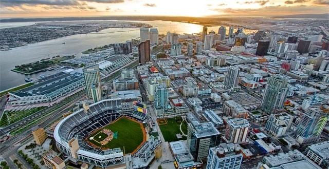 """Hãng tin Bloomberg vừa công bố xếp hạng 20 thành phố có GDP bình quân đầu người cao nhất ở Mỹ.</p></div><div></div></div><p></p><p>Nhiều thành phố trong số này như San Jose, San Francisco và Seattle có điểm chung là nơi những công ty công nghệ lớn nhất thế giới như Google, Facebook, Apple... đặt """"đại bản doanh"""". Ngoài ra, đây cũng là những thành phố có năng suất lao động vào hàng cao nhất ở Mỹ nhờ tập trung một lượng lớn lao động trình độ cao.</p><p>20. San Diego, California</p><p>GDP bình quân đầu người: 58.540 USD/năm"""