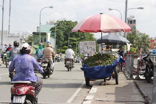 Chợ cóc lại hoành hành trên các cây cầu