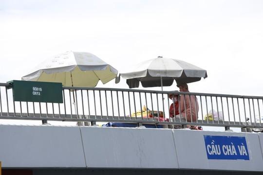 chợ trên Tương tự, cầu Chà Và nối liền quận 8 và quận 5 cũng rơi vào tình cảnh cầu thành chợ gây bức xúc cho không ít người đi đường