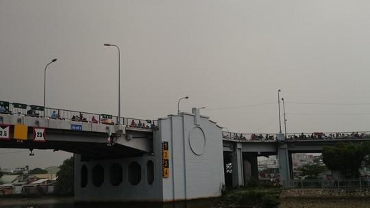 Một cảnh kẹt xe trên cầu chữ Y: Phương tiện giao thông ùn ứ, nhúc nhích từng chút một. Những xe hàng rong án ngữ trên cầu là một trong những nguyên nhân gây ra tình trạng này.