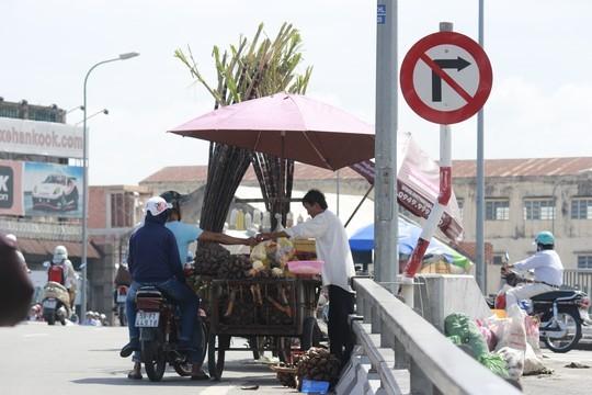 Ngay chân cầu Chà Và là xe bán đậu phộng, mía cây. Xe từ Hải Thượng Lãn Ông lên cầu phải vào cua gấp, vì vậy, gặp xe hàng rong ngay dưới chân cầu dễ gây tai nạn giao thông.