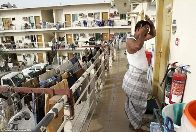 Sonapur - nơi tập trung phấn lớn lao động nhập cư tại Dubai - được miêu tả là một khu vực bẩn thủi, thiếu điện, nước. Ảnh: Dailymail.