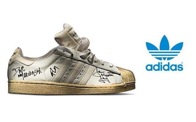 Trong ảnh là đôi giày Superstar.