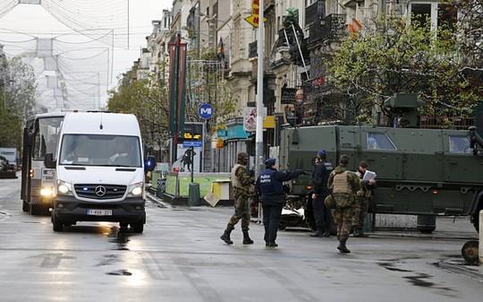 Cảnh sát Bỉ canh gác trên đường phố Brussels. Ảnh: Reuters