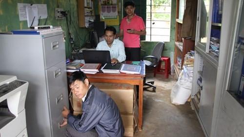 Phòng làm việc của văn phòng UBND xã A Dơi cũng chật nít.