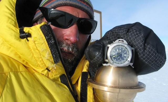 Nhà thám hiểm Mike Horn với chiếc Panerai Submersible (£6,750, panerai.com) tại Nam Cực, năm 2008