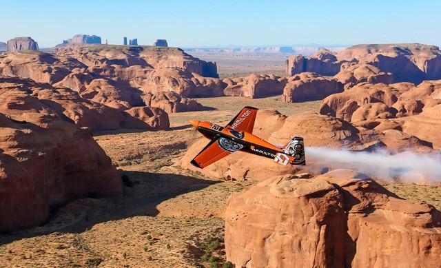 Phi công Nicholas bay lượn trên thung lũng Monument, Mỹ