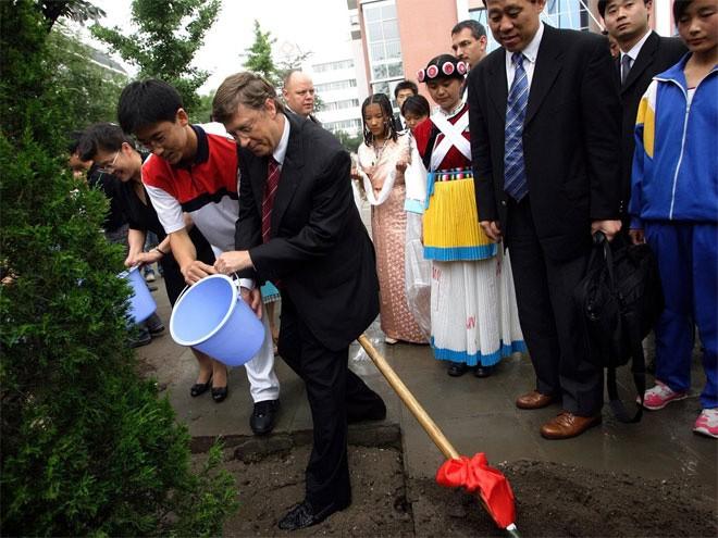 """Theo một số nguồn tin, Bill Gates rất """"cưng"""" một cây thích 40 năm tuổi trồng gần lối đi vào dinh thự của ông. Cây thích này được theo dõi bằng máy tính 24/24 và bất kỳ khi nào cây cần nước, thì hệ thống tưới ngay lập tức hoạt động để tưới nước cho cây."""