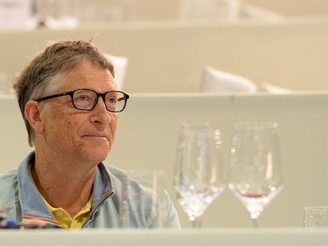 Một hệ thống cảm ứng công nghệ cao giúp khách tới thăm nhà Bill Gates điều chỉnh nhiệt độ và ánh sáng trong phòng.</div><div>Khi khách tới nhà, họ được trao cho một bộ điều khiến tương tác với các thiết bị cảm ứng gắn khắp nhà. Khách có thể nhập mức nhiệt độ và ánh sáng mong muốn để nhiệt độ và ánh sáng ở mọi nơi trong nhà được điều chỉnh đúng như cài đặt theo sự di chuyển của khách. Hệ thống loa gắn sau tường cho phép khách có thể đi khắp các phòng mà vẫn nghe thấy bài hát đang được mở.