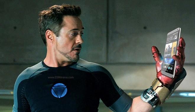 Robert Downey Jr bên cạnh chiếc One M7.