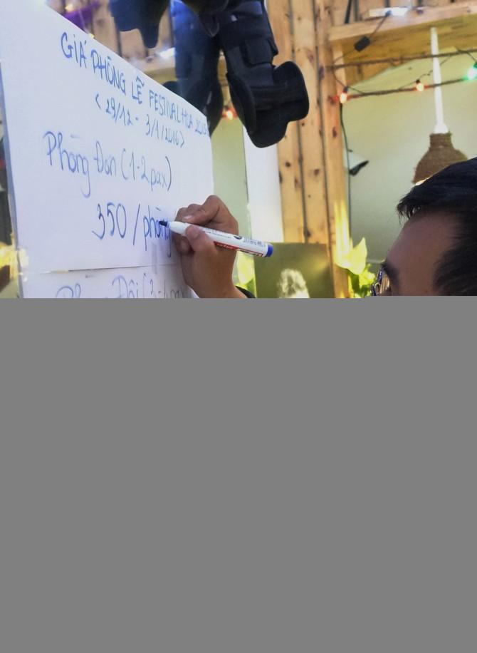 Khách sạn Xưa Và Nay (đường Phạm Ngũ Lão) niêm yết thông báo tăng giá phòng gấp đôi dịp lễ festival - Ảnh: M.Vinh