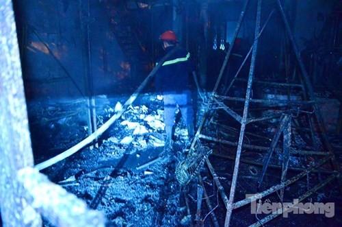 Hoảng loạn vì nhiều nhà trên phố Nguyễn Khang cháy lớn trong đêm - ảnh 2