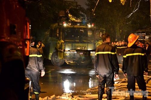Hoảng loạn vì nhiều nhà trên phố Nguyễn Khang cháy lớn trong đêm - ảnh 1