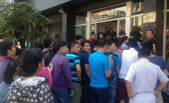 Đến khoảng 11giờ, do lượng khách quá đông nên cửa hàng đành xin lỗi những khách đến sau và hẹn lại vào 2 giờ chiều