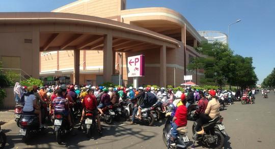 Tại Aeon Mall Tân Phú lượng khách đến để vui chơi, mua sắm vào dịp lễ cũng rất đông. Khiến bãi giữ xe bị quá tải