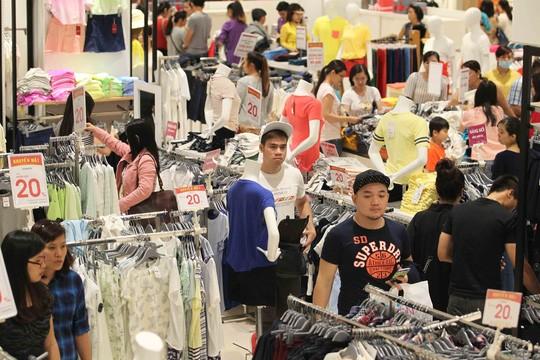 Mặt hàng giảm giá nhiều nhất, thu hút đông khách nhất ở các trung tâm thương mại chính là hàng quần áo, giày dép
