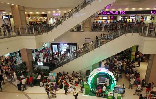Bên trong các siêu thị, đặt biệt là khu vực ăn uống do không ít món ăn được giảm giá dịp Tết Dương lịch nên mọi người tranh nhau từng chỗ ngồi.