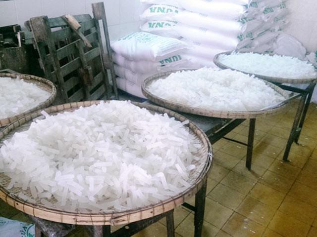 Phát hiện cơ sở nghi dùng chất tẩy trắng công nghiệp làm trắng mứt Tết - Ảnh 1