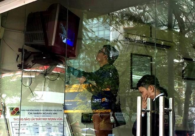 Hai người cầm dao xông vào ngân hàng ngày giáp Tết