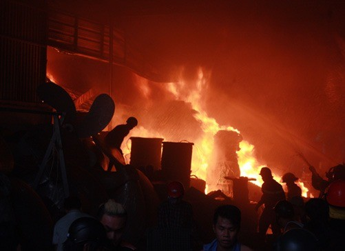 Cháy dữ dội kho chứa mực khô, ngư cụ, thiệt hại hàng tỷ đồng