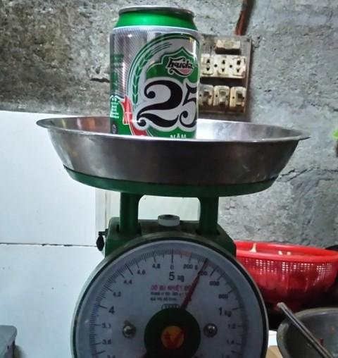 Trong khi đó một lon bia bình thường, cùng nhãn hiệu, chủng loại có trọng lượng gần 400 Gram.