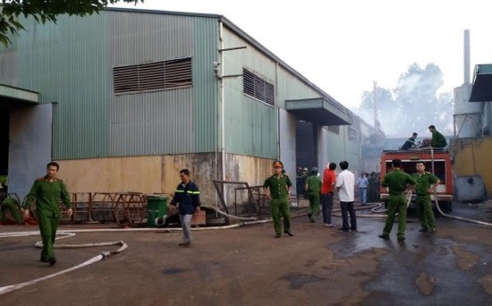 Cháy xưởng chế biến gỗ, nhiều công nhân tháo chạy