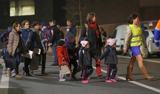 Cư dân địa phương được sơ tán. Ảnh: Reuters