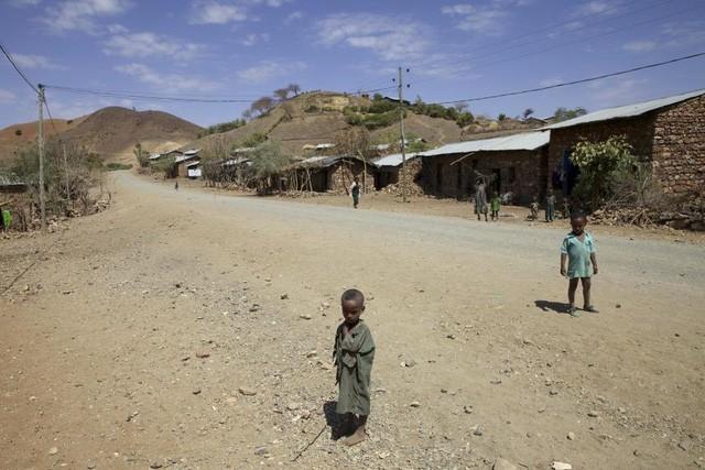 Trẻ em làng Amhara-Ethiopia đang chịu đựng cơn hạn hán tồi tệ nhất trong hơn 50 năm qua.