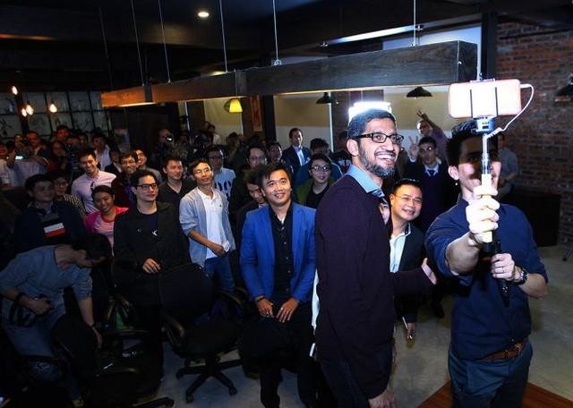 CEO Google Pichai trong lần ghé thăm Hà Nội